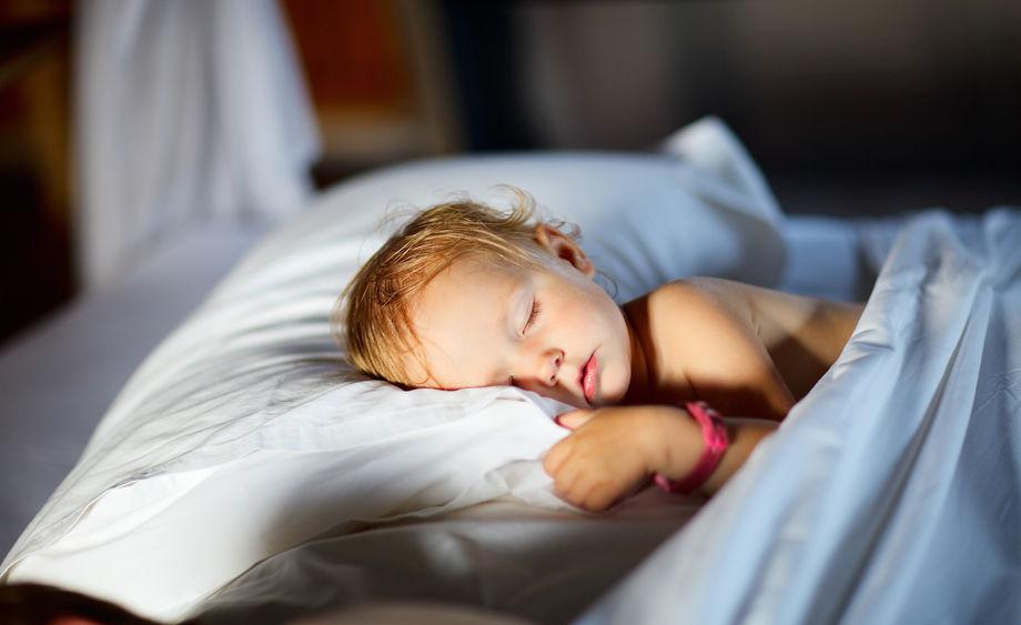 Šest tipů, aby dítě zvládlo noc mimo domov v suchu
